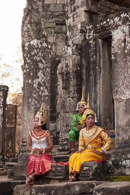 An image of Cambodian women at Siem Reap in traditional clothing.