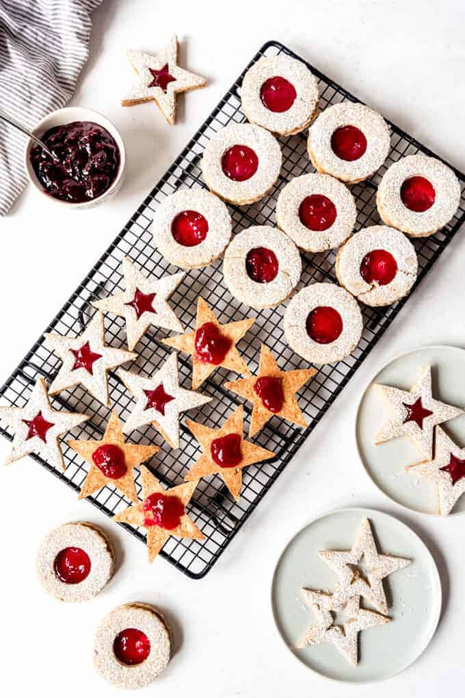 An image showing how to assemble linzer cookies.