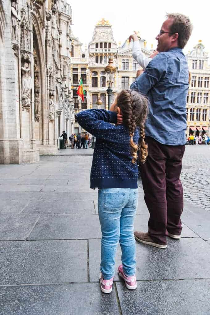 An image of a child looking at the Town Hall in Brussels.