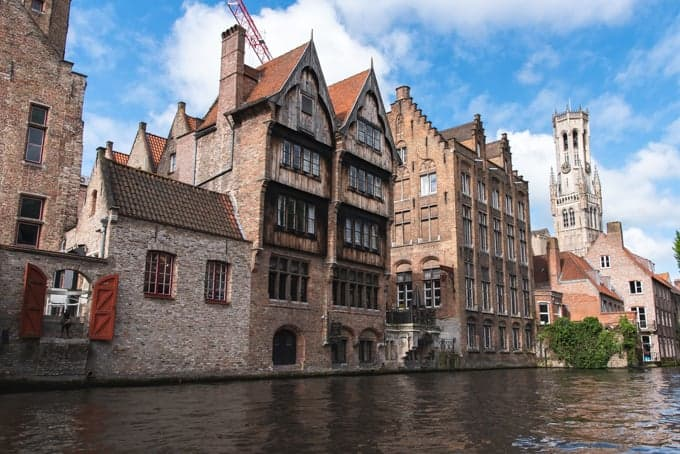 An image of old homes along the water in Bruges.