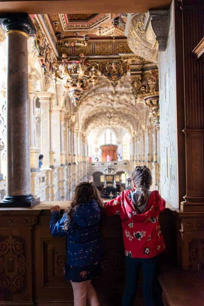 Kids looking at the chapel in Frederiksborg castle.