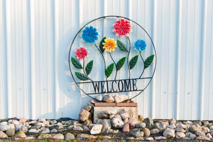 "A decorative ""welcome"" sign."