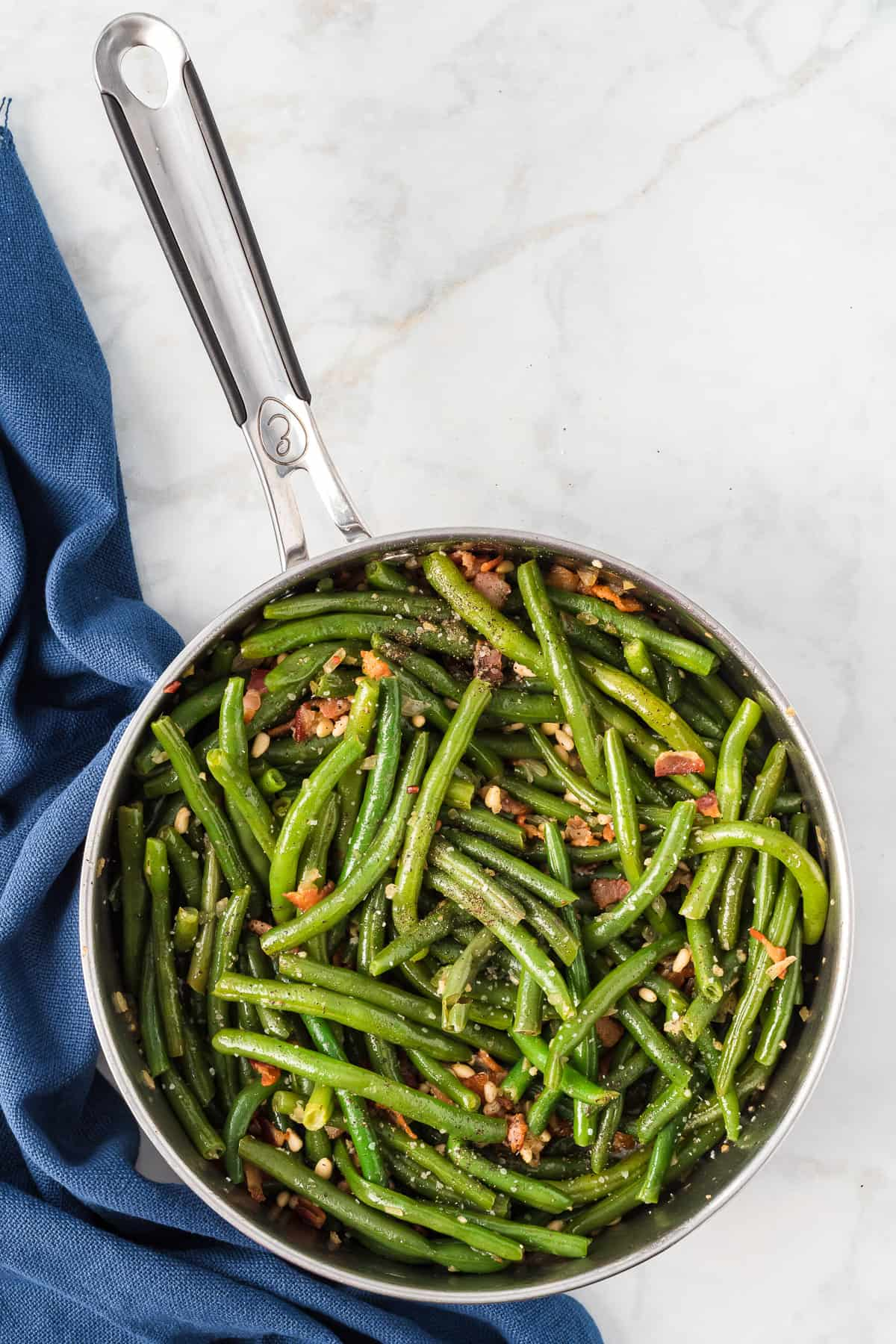 a large pan with al dente green beans.